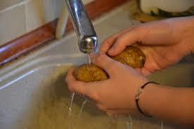 Aardappels wassen